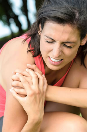 Woman In Need Of Shoulder Pain Chiropractic Treatments
